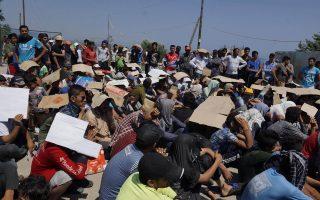 Περίπου 4.000 μετανάστες, που φιλοξενούνται στον καταυλισμό Καρά-Τεπέ, πραγματοποίησαν καθιστική διαμαρτυρία σε κεντρικό δρόμο της Λέσβου για την έλλειψη... τουαλετών. Στο λιμάνι του νησιού υπήρξε ένταση μεταξύ μεταναστών διαφορετικών εθνοτήτων, καθώς οι Αφγανοί θεωρούν ότι υπάρχει προνομιακή μεταχείριση προς τους Σύρους.