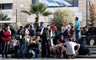 «Πληρώνουμε παραλείψεις, αβελτηρίες και σκοπιμότητες δεκαετιών. Το μεταναστευτικό πρόβλημα πρέπει να αντιμετωπιστεί κεντρικά», σημείωσε ο δήμαρχος Αθηναίων, Γ. Καμίνης, μιλώντας στο δημοτικό συμβούλιο.