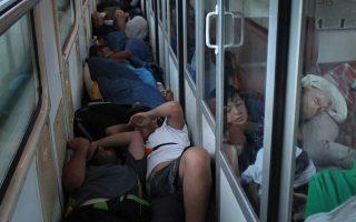 Πρόσφυγες από τη Συρία, το Ιράκ και το Αφγανιστάν κοιμούνται στριμωγμένοι στον διάδρομο τρένου, το οποίο περνά από τη σερβική πόλη Σουμπότιτσα.