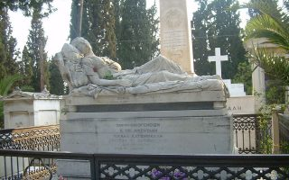 Η «Κοιμωμένη» του Χαλεπά στον τάφο της Σοφίας Αφεντάκη, που είχε υπάρξει μήλον της Εριδος ανάμεσα σε κληρονόμο της Αφεντάκη, που ήθελε να το πουλήσει σε Αμερικανούς, και στον Δήμο Αθηναίων.