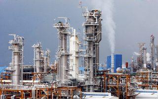 Το Ιράν έχει αποθηκεύσει εκατομμύρια βαρέλια. Με την επιστροφή ενός εκατ. βαρελιών πετρελαίου την ημέρα, θα αυξηθεί η παγκόσμια προσφορά «μαύρου» χρυσού κατά 1%.