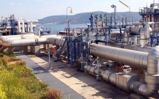 Το πρόγραμμα που έχει δώσει σε δημόσια διαβούλευση η ΡΑΕ δεν προβλέπει τις αναγκαίες υποδομές στον τερματικό σταθμό της Ρεβυθούσας για τη μεταφόρτωση LNG με πλοία, αν και η ΔΕΠΑ είχε θέσει υπόψη της ΡΑΕ από τις 12 Σεπτεμβρίου 2014 τις θέσεις της για την ανάπτυξη του επιχειρησιακού της σχεδίου επέκτασης της χρήσης φυσικού αερίου σε απομακρυσμένες περιοχές της χώρας που δεν συνδέονται με το δίκτυο (α γωγός φυσικού αερίου) και τα νησιά.