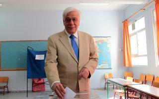 Ο Πρόεδρος της Δημοκρατίας Προκόπης Παυλόπουλος ασκεί το εκλογικό του δικαίωμα στο 583ο εκλογικό τμήμα στο 3ο-4ο Δημοτικό Σχολείο Φιλοθέης- Ψυχικού, Κυριακή 5 Ιουλίου 2015 (ΑΠΕ-ΜΠΕ/ΑΠΕ-ΜΠΕ/Παντελής Σαίτας)