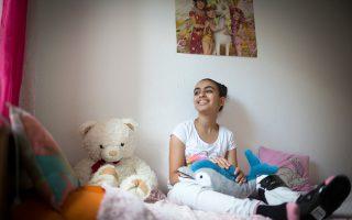 Η 14χρονη Παλαιστίνια Ριμ Σαχουίλ στο διαμέρισμα της οικογένειας στο Ροστόκ της Γερμανίας.