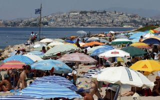 Λαοθάλασσα στον Αλιμο. Λίγο πριν από την εκπνοή του Ιουλίου, οι αθηναϊκές παραλίες κατακλύζονται από κόσμο.