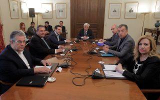 Λίγο πριν αρχίσει χθες η σύσκεψη του συμβουλίου πολιτικών αρχηγών. Στο κέντρο, ο Πρόεδρος της Δημοκρατίας Προκόπης Παυλόπουλος. Από αριστερά προς τα δεξιά: Δημήτρης Κουτσούμπας γ.γ. της Κ.Ε. του ΚΚΕ, Πάνος Καμμένος πρόεδρος των Ανεξαρτήτων Ελλήνων, Αλέξης Τσίπρας πρωθυπουργός και πρόεδρος του ΣΥΡΙΖΑ, Ευάγγελος Μεϊμαράκης μεταβατικός πρόεδρος της Νέας Δημοκρατίας, Σταύρος Θεοδωράκης επικεφαλής του Ποταμιού και Φώφη Γεννηματά πρόεδρος του ΠΑΣΟΚ.