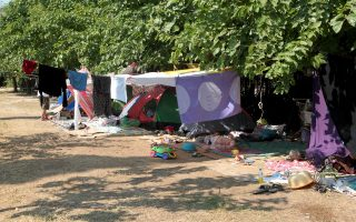 Πρόσφυγες έχουν κατασκηνώσει στο Πεδίον του Αρεως. Υπολογίζεται ότι περί τα 1.000 - 1.200 άτομα φθάνουν καθημερινά στην Αθήνα από τα νησιά, εκ των οποίων τα 300 - 400 χρειάζονται στέγη, τροφή, περίθαλψη.