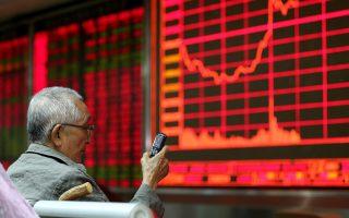 Ο βασικός δείκτης του χρηματιστηρίου της Σαγκάης υποχώρησε κατά 5,2% και ο δείκτης CSI 300 κατά 4,9%.