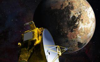 Εικαστική απεικόνιση του New Horizons κατά το πέρασμά του από τον Πλούτωνα, το οποίο θα γίνει μεθαύριο Τρίτη, 14 Ιουλίου, στις 3 το μεσημέρι ώρα Ελλάδος. Αποχρώσεις του κόκκινου και του καφέ εμφανίζουν οι πρώτες έγχρωμες εικόνες του Πλούτωνα, ενώ στο βάθος διακρίνεται ο μεγάλος δορυφόρος του πλανήτη, ο Χάροντας (φωτ.: NASA).