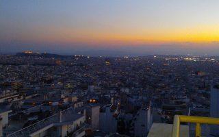 Ηλιοβασίλεμα στην Αθήνα μέσα από τα μάτια ενός παιδιού σε μια βόλτα με πατίνι...