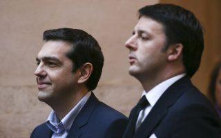 O Mατέο Ρέντσι (Δ) δίπλα στον Αλέξη Τσίπρα, κατά την πρόσφατη επίσκεψη του Ελληνα πρωθυπουργού στη Ρώμη.