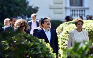 Αμέσως μετά την ορκωμοσία, ο κ. Τσίπρας συνοδευόμενος από τους νέους υπουργούς, αναπληρωτές υπουργούς και υφυπουργούς, μετέβη στο Μέγαρο Μαξίμου.