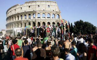 Το ιταλικό Gay Pride μπροστά στο Κολοσσαίο της Ρώμης. Στην ιταλική πρωτεύουσα πραγματοποιήθηκαν πάντως και αντιδιαδηλώσεις από συντηρητικές οργανώσεις.