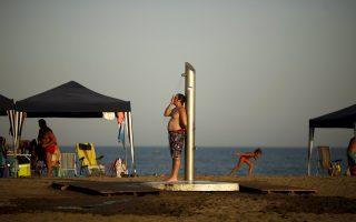 Παραλία στη Μάλαγα της Νότιας Ισπανίας. Από την Ιβηρική ώς τη Βόρεια Γερμανία, οι Ευρωπαίοι έσπευσαν σε θάλασσες, λίμνες, ποτάμια, κ.ά.