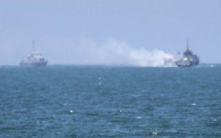 Αιγυπτιακά πλοία πλησιάζουν το φλεγόμενο σκάφος.