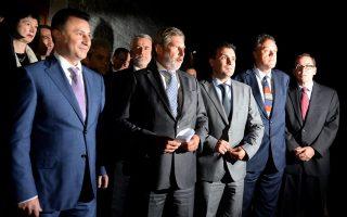 Επίδειξη ομοψυχίας στην ΠΓΔΜ χθες, όταν με τη συνδρομή του επιτρόπου για τη Διεύρυνση της Ευρωπαϊκής Ενωσης, Γιοχάνες Χαν (δεύτερου από αριστερά), ο πρωθυπουργός της χώρας και ηγέτης του κυβερνώντος κόμματος, VMRO-DPMNE, Νικόλα Γκρουέφσκι (αριστερά), και τα τρία κόμματα της αντιπολίτευσης συμφώνησαν στην άρση του πολύμηνου πολιτικού αδιεξόδου και στη διεξαγωγή εκλογών τον Απρίλιο του 2016.