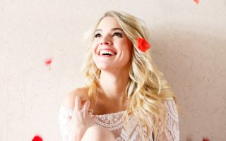 EXCLUSIVE: **PREMIUM RATES APPLY**Bachelor contestant Nikki Ferrell strikes a pose with red roses
