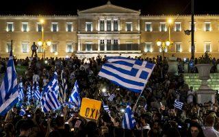 Υποστηρικτές του «Οχι» πανηγύριζαν στην πλατεία Συντάγματος μέχρι τις πρώτες πρωινές ώρες.