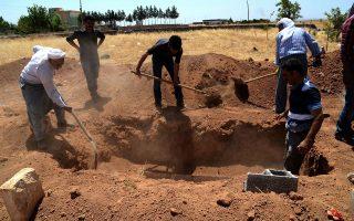 Η τουρκική γη ετοιμάζεται να δεχθεί νέους και νέες που μόλις χθες επρόκειτο να μοιράσουν παιχνίδια και βιβλία στα παιδιά της κουρδικής πόλης Κομπάνι αλλά βρήκαν τον θάνατο από επίθεση τζιχαντιστών.