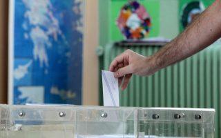 «Είμαι χαρούμενος που ήρθα να ψηφίσω αν και ξέρω ότι θα έχουμε μια πολύ δύσκολη εβδομάδα» λέει ο Κωνσταντίνος που ήρθε από τη Σιγκαπούρη για να ψηφίσει.