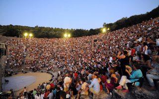 Η Ευρώπη στην Ελλάδα είναι... Για να μην ξεχνάμε: Η παράσταση «Ριχάρδος Γ΄» με τον Κέβιν Σπέισι, σε σκηνοθεσία Σαμ Μέντες, στο κατάμεστο Αρχαίο Θέατρο Επιδαύρου, Σάββατο 30 Ιουλίου 2011. Και να ελπίζουμε και να περιμένουμε (φωτο ΑΠΕ-ΜΠΕ / Εύη Φυλακτού).