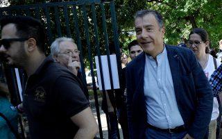 Ο επικεφαλής του Ποταμιού Σταύρος Θεοδωράκης ακούει διαμαρτυρίες ψηφοφόρων ενώ αποχωρεί από το 2ο γυμνάσιο Χαϊδαρίου για να ασκήσει το εκλογικό του δικαίωμα, Κυριακή 5 Ιουλίου 2015. Οι Έλληνες πολίτες ψηφίζουν σήμερα για να εγκρίνουν ή όχι τα μέτρα λιτότητας που προτείνουν οι δανειστές να εφαρμόσει η ελληνική κυβέρνηση. ΑΠΕ-ΜΠΕ/ΑΠΕ-ΜΠΕ/Φώτης Πλέγας Γ.