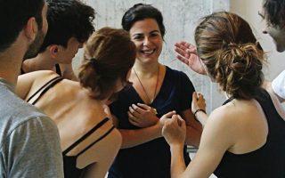 Η Σύλβια Λιούλιου με τους ηθοποιούς που συμμετέχουν στην παράσταση του «Αίαντα» (31/7, 1/8, Μικρό Θέατρο Αρχαίας Επιδαύρου).