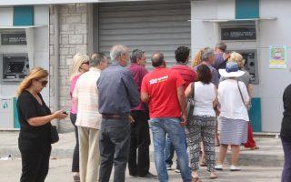 Σύμφωνα με τραπεζικά στελέχη, και με περίπου 5 εκατομμύρια κάρτες ενεργές, το όριο ανάληψης των 60 ευρώ μετά βίας θα επιτρέψει τα χρήματα των τραπεζών να φτάσουν και για την επόμενη εβδομάδα.