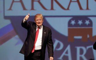 Ο υποψήφιος για το χρίσμα των Ρεπουμπλικανών στις προεδρικές εκλογές του 2016, Ντόναλντ Τραμπ, χαιρετά το πλήθος μετά την ομιλία του στο Χοτ Σπρινγκς του Αρκανσο.