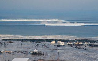 Το δεύτερο κύμα του τσουνάμι πλησιάζει την ήδη ρημαγμένη ακτή της Φουκουσίμα στον καταστροφικό σεισμό του 2011.