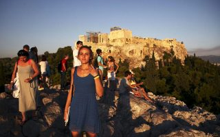Ξένοι τουρίστες επιλέγουν τη χώρα μας και το φετινό καλοκαίρι για τις διακοπές τους παρά τις δύσκολες οικονομικές συγκυρίες, την ώρα που ο εγχώριος τουρισμός βυθίζεται.