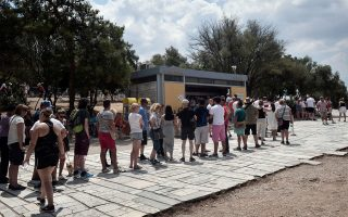 Tουρίστες περιμένουν στην ουρά να βγάλουν εισιτήριο για τον χώρο της Ακρόπολης. Οι επισκέπτες του αρχαιολογικού χώρου είχαν τη δυνατότητα, για πρώτη φορά, να πληρώσουν με κάρτα.