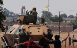 Η μαύρη σημαία των τζιχαντιστών εναλλάσσεται με την πολύχρωμη σημαία των Κούρδων στο Τελ Αμπιάντ.