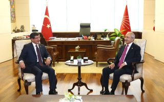 Ο υπηρεσιακός πρωθυπουργός Αχμέτ Νταβούτογλου (αριστερά) συναντά τον επικεφαλής του δεύτερου ισχυρότερου κόμματος, Κεμάλ Κιλιτσντάρογλου, ανοίγοντας τον πρώτο, διερευνητικό γύρο των διαβουλεύσεων.