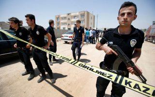Δυνάμεις ασφαλείας έξω από το κτίριο στο οποίο βρέθηκαν νεκροί δύο αστυνομικοί στο σπίτι τους στο Τσεϊλανπινάρ, μια πόλη κοντά στα σύνορα Τουρκίας - Συρίας.