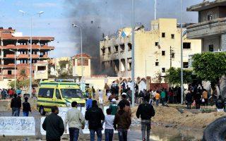 Αιγύπτιοι συγκεντρώνονται στον τόπο μεγάλης επίθεσης τζιχαντιστών εναντίον του κυριότερου αστυνομικού τμήματος της παραλιακής πόλης Αλ Αρίς, στη Χερσόνησο του Σινά.