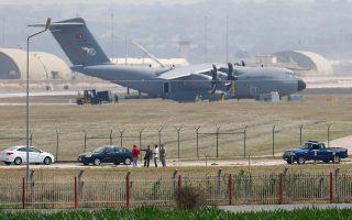 Τούρκοι και Αμερικανοί στρατιώτες επιθεωρούν εγκαταστάσεις στη βάση του Ιντσιρλίκ. Η συνεργασία των δύο χωρών εναντίον του ISIS θα ενισχυθεί βάσει του συμπεφωνημένου σχεδίου που δημοσιεύθηκε.