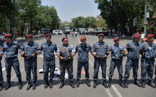 Αστυνομικοί σχηματίζουν κλοιό στο κέντρο του Ερεβάν. Είχε προηγηθεί η αφαίρεση των οδοφραγμάτων από κεντρικές αρτηρίες της αρμενικής πρωτεύουσας. Οι αντικυβερνητικές διαδηλώσεις των δύο προηγούμενων εβδομάδων εκτονώθηκαν το τελευταίο διήμερο.