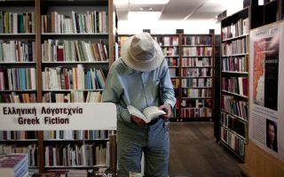 Βιβλιοπώλες του κέντρου των Αθηνών δηλώνουν ότι το κοινό όλο και λιγότερο αγοράζει βιβλία ή, όταν αγοράζει, το 60% εξ αυτών το κάνει με πιστωτική κάρτα, ενώ εντός των βιβλιοπωλείων οι λιγοστοί πλέον πελάτες περισσότερο ξεφυλλίζουν τα βιβλία στα ράφια ή βρίσκουν την ευκαιρία για κουβέντα και «ψυχοθεραπεία», επιτείνοντας έτσι την ήδη δύσκολη κατάσταση στην αγορά του βιβλίου και καταδεικνύοντας ότι η τέχνη ίσως γίνεται πλέον «πολυτέλεια».