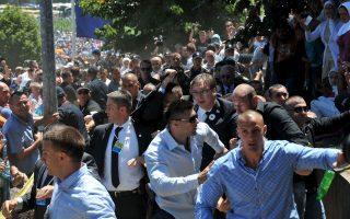 Σωματοφύλακες του Σέρβου πρωθυπουργού φυγαδεύουν τον Αλ. Βούτσιτς μετά την επίθεση στη Σρεμπρένιτσα.