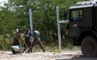 Στρατιώτες κατασκευάζουν τα πρώτα κομμάτια του φράκτη κοντά στο χωριό Μοραχαλόμ. Η ολοκλήρωσή του θα εγκλωβίσει πρόσφυγες και μετανάστες στη Σερβία.