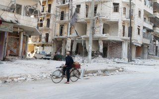 Στη φωτογραφία τα αποτελέσματα κυβερνητικού βομβαρδισμού στο ανατολικό Χαλέπι. Στο ιστορικό κέντρο της πόλης, υπόγεια έκρηξη για την ανατίναξη σήραγγας που είχαν κατασκευάσει οι αντάρτες προξένησε κατάρρευση τείχους του κάστρου του 13ου αιώνα, αλλά και των κτιρίων στη γύρω περιοχή, όπως δείχνει η φωτογραφία.