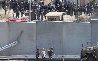 Ισραηλινοί στρατιώτες συλλαμβάνουν έποικο στο τείχος της Δυτικής Οχθης.