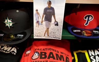 Η φωτογραφία του Μπαράκ Ομπάμα κοσμεί την προθήκη καταστήματος ρούχων του Οουκ Μπλαφς.