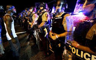 Διαδηλωτές εναντίον αστυνομικών του Φέργκιουσον, πανέτοιμων και πάνοπλων για την αντιμετώπιση των ταραχών.