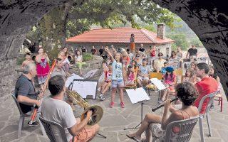 Το Κουιντέτο Ξύλινων Πνευστών της ΚΟΑ στο μουσικό εργαστήρι για παιδιά που διοργανώθηκε πριν από τη συναυλία. «Είναι πολύ δύσκολο να κερδίσεις ένα παιδί και, όταν το πετυχαίνουμε, είναι η μεγαλύτερη ανταμοιβή», λέει ο κορνίστας Γρ. Ασωνίτης.