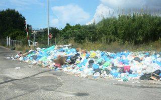 Η αποκομιδή δεν είναι απλή όταν υπάρχουν σωρευμένα απορρίμματα σε μικρούς δρόμους, αλάνες, χωράφια, όπου επιμένουν κάποιοι να τα πετούν.