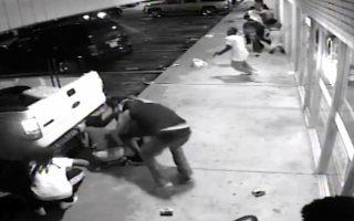 Βίντεο από κάμερα ασφαλείας δείχνει τον 18χρονο λίγο πριν πυροβολήσει κατά αστυνομικών με πολιτικά.