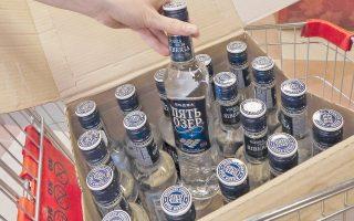Υπάλληλος τοποθετεί μπουκάλια βότκας σε κατάστημα της ρωσικής πόλης Κρασνογιάρσκ στη Σιβηρία.