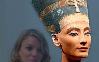 Πραγματική κούκλα η βασίλισσα Νεφερτίτη, όπως φαίνεται από την προτομή σε μουσείο του Βερολίνου. Ο ταφικός θάλαμός της θα περιλαμβάνει κτερίσματα ανάλογα με αυτά του θησαυρού του Τουταγχαμών.